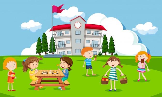 Дети, играющие на школьной площадке