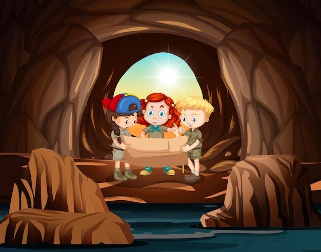 洞窟内のスカウトのグループ