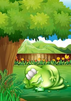 庭の木の下で眠っている太った怪物
