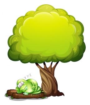 樹の下で穏やかに眠っている緑の三眼のモンスター