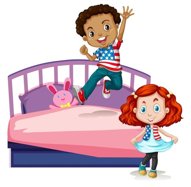 Мальчик и девочка прыгают на кровати