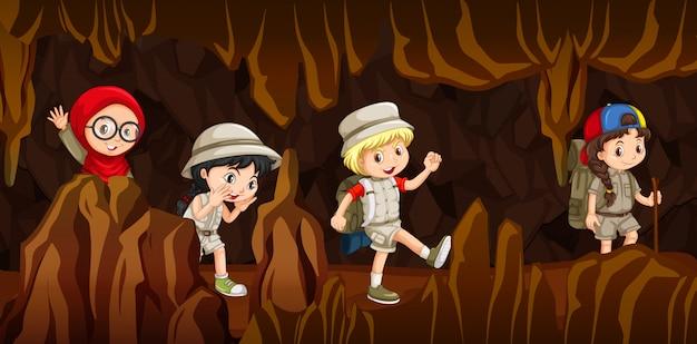 洞窟を探索する幼い子供たち