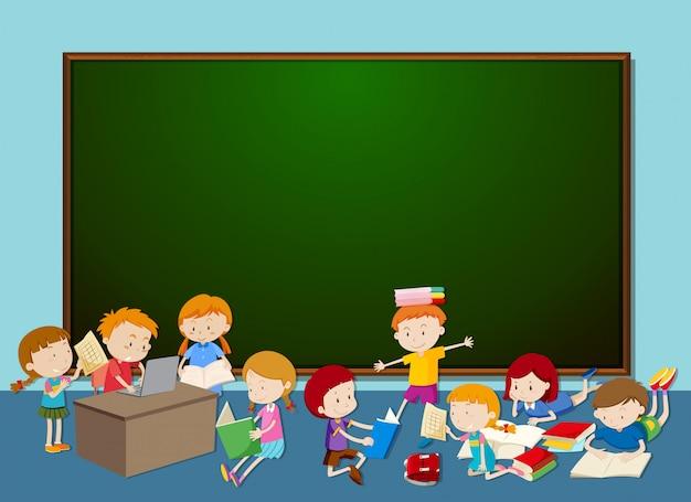 黒板の前の子供たち