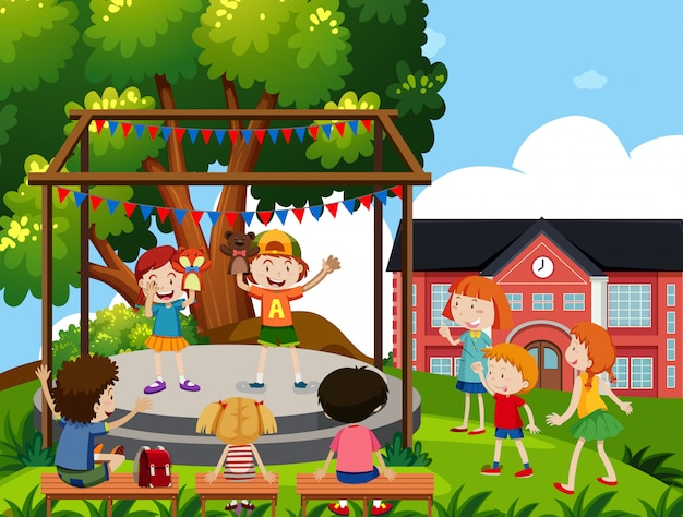 子供たちは学校で人形劇を演じる