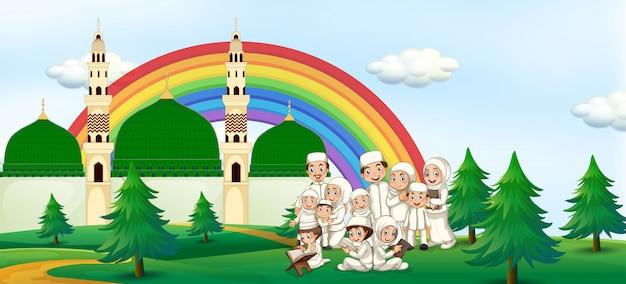 モスクの大きなイスラム教徒の家族