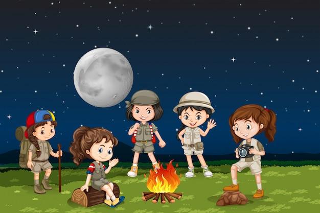 キャンプの火の周りの子供たち