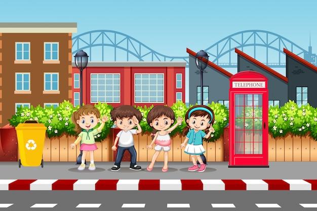 Набор детей на городской улице