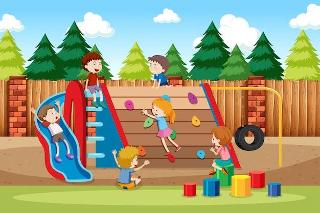 子供たちが遊び場で遊ぶ