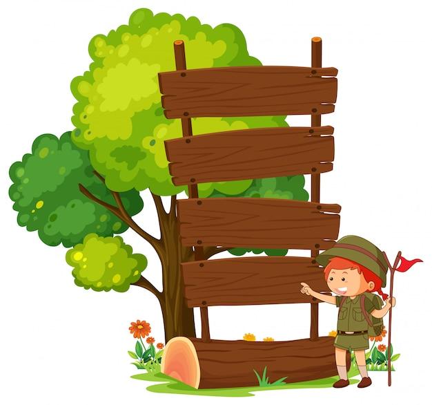 空の木製看板ポストを持つキャンプ少年