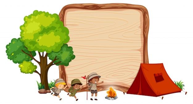木製のバナーでのキャンプの子供たち