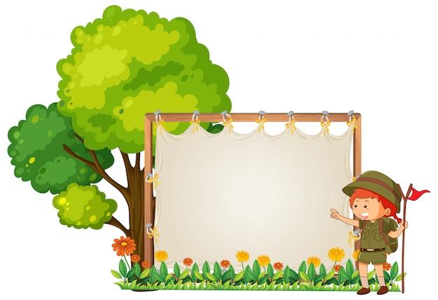 木製のバナーのキャンプ少年