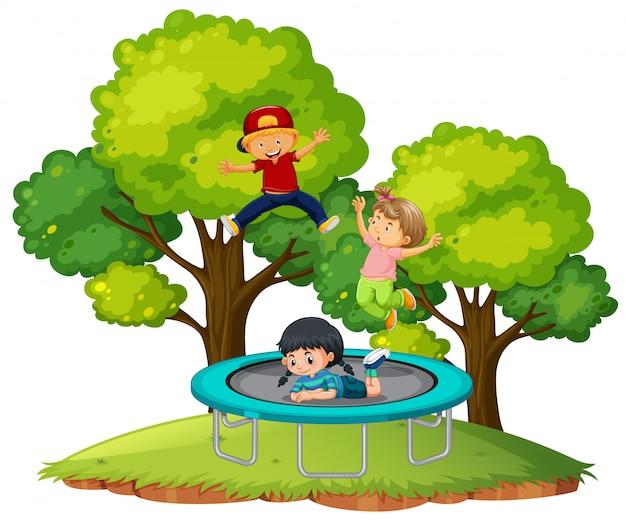 Дети прыгают на батуте