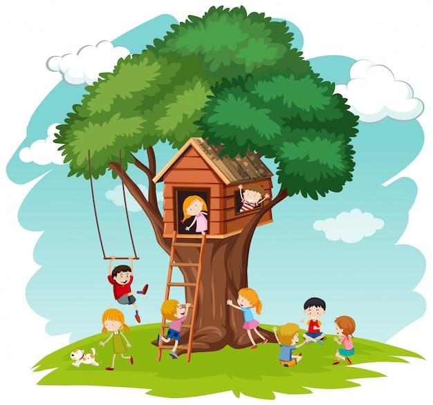 Дети у дома на дереве