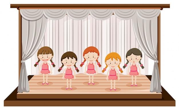 女の子がステージでバレエを披露
