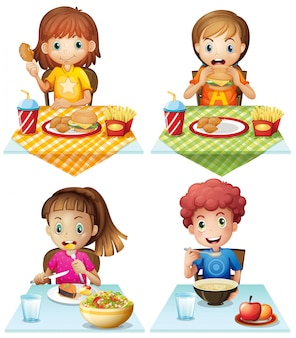 Дети едят еду на обеденном столе
