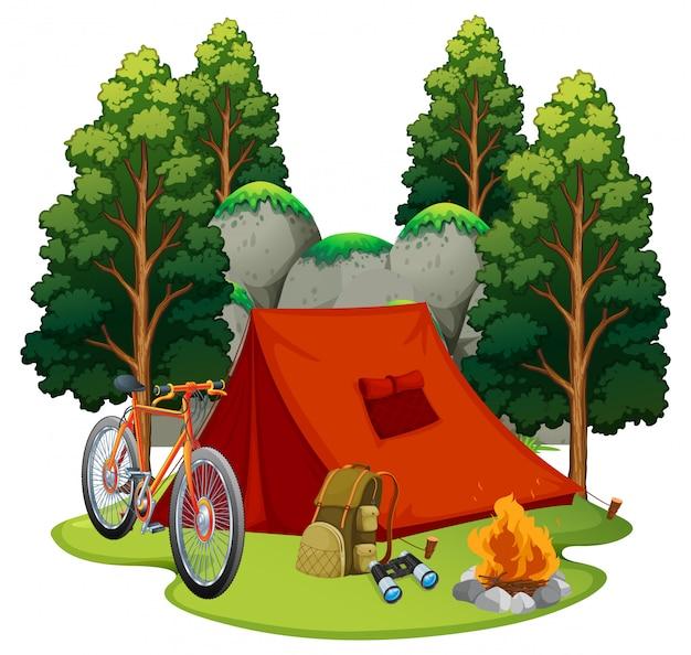テントとキャンプファイヤーのあるキャンプ場