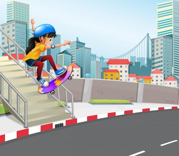 Девушка играет скейтборд в городском городе