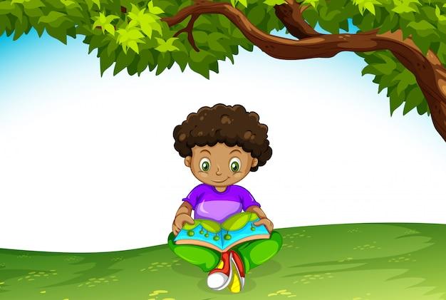 本を読んでいるアフリカの少年