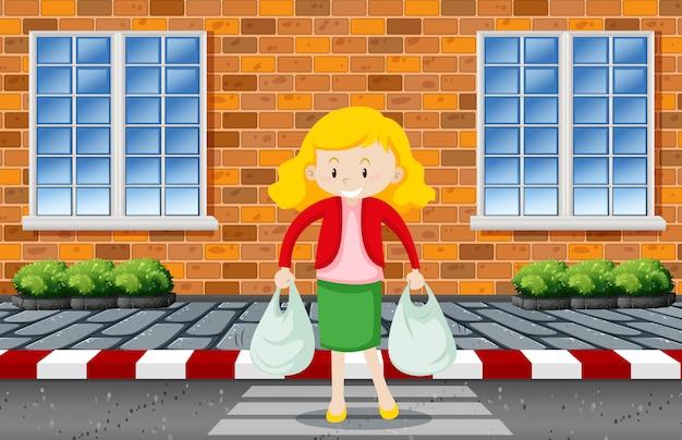 Женщина переходит дорогу