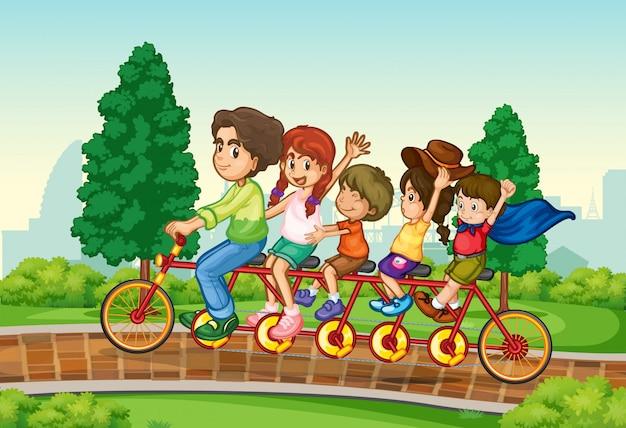 Семейный езда на велосипеде в парке