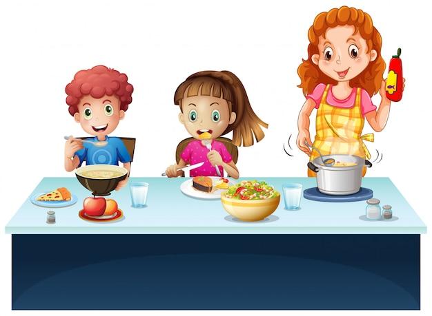 母親と子供たちのダイニングテーブルで食事を