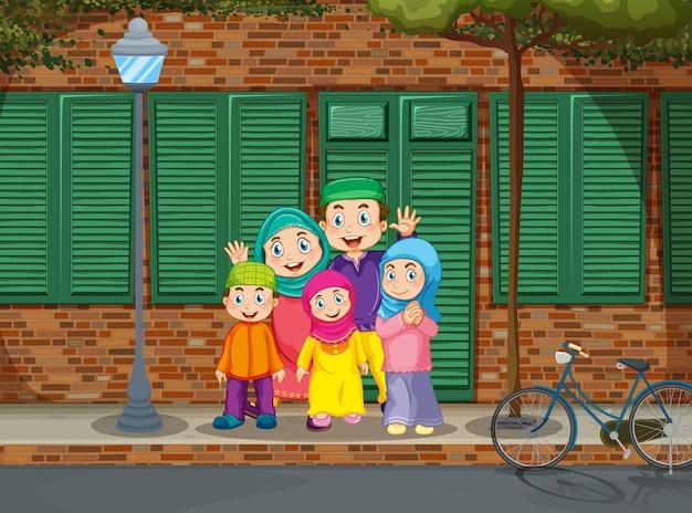 道路のそばに立っているイスラム教徒の家族