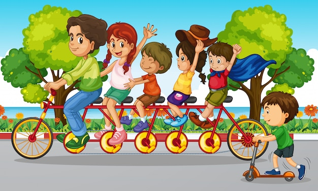 家族は公園で自転車に乗る