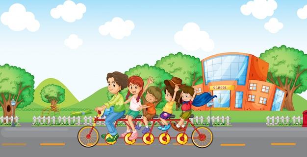 Семья, путешествующая с семейным велосипедом