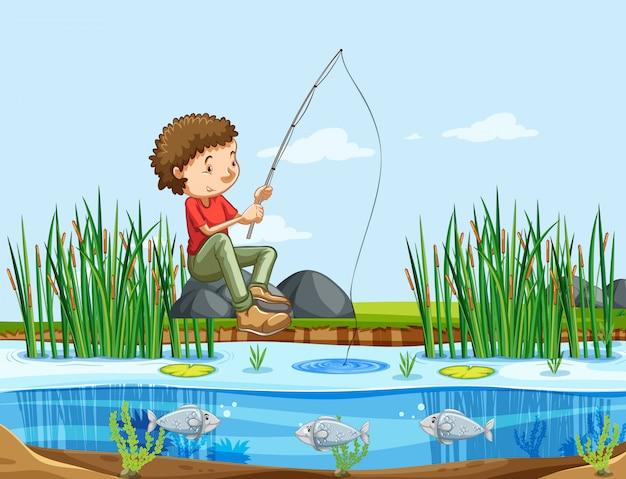 Мужчина ловит рыбу на озере