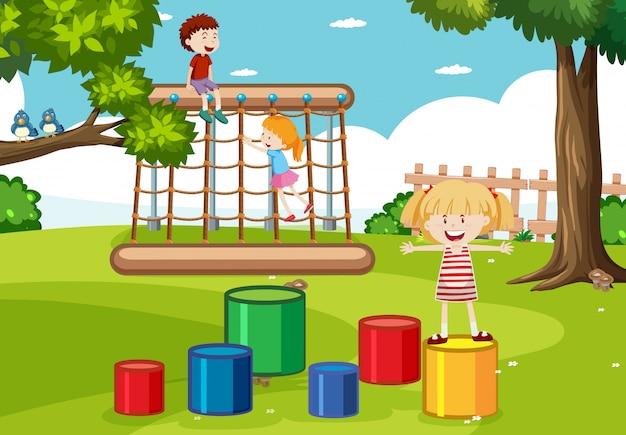 遊び場で子供たち