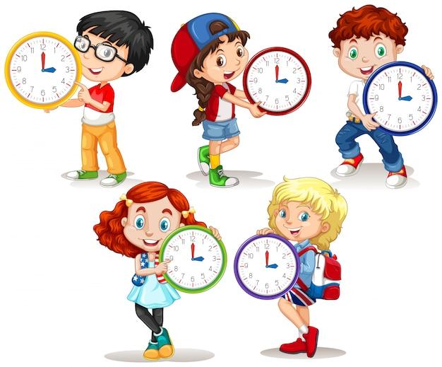 白い背景の上の時計を保持している子供たち