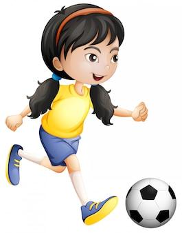 Молодая девушка играет в футбол