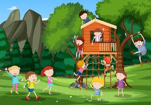 樹上の家で遊ぶ子供たち