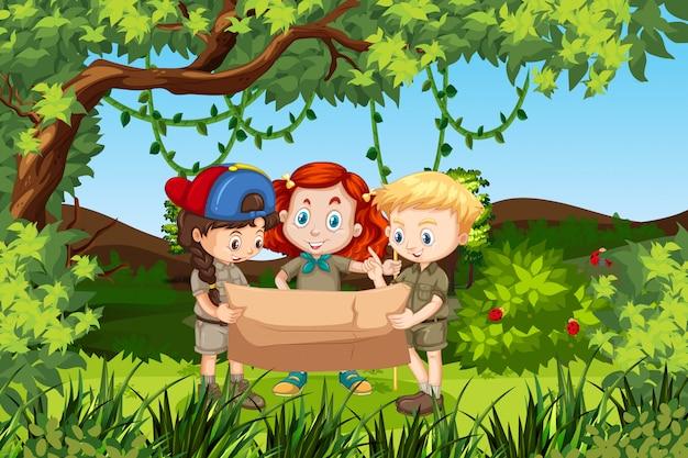 地図の森のシーンを保持している子供たち