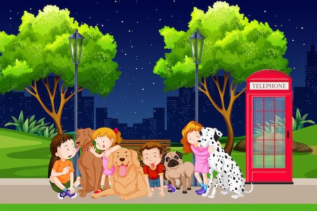 子供と公園で犬のグループ