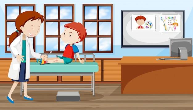 病院で子供を見ている医者