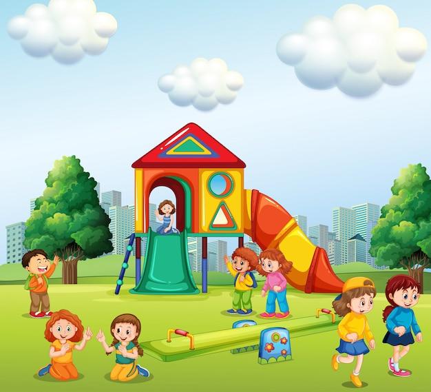 遊び場で遊んでいる子供たち