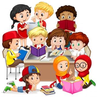 学んでいる国際的な子供たちのグループ