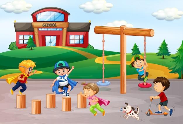 学校の校庭で遊ぶ子供たち