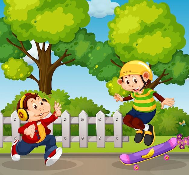 Городская обезьяна играет в парке