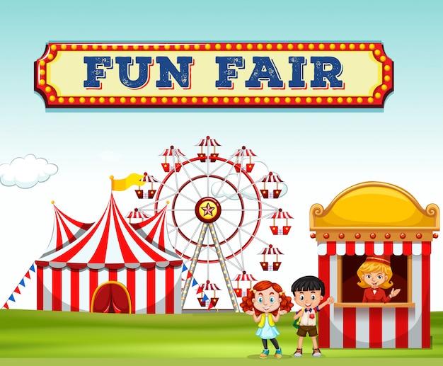 Дети покупают билеты на веселой ярмарке