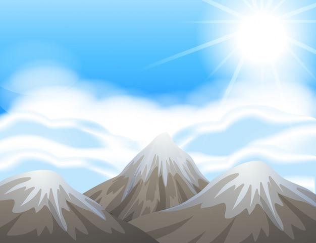 山の頂上に雪のあるシーン