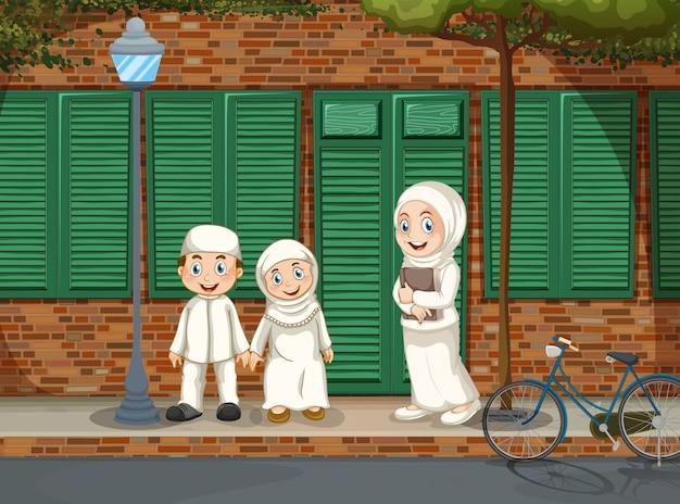 道の上に立っているイスラム教徒の人々