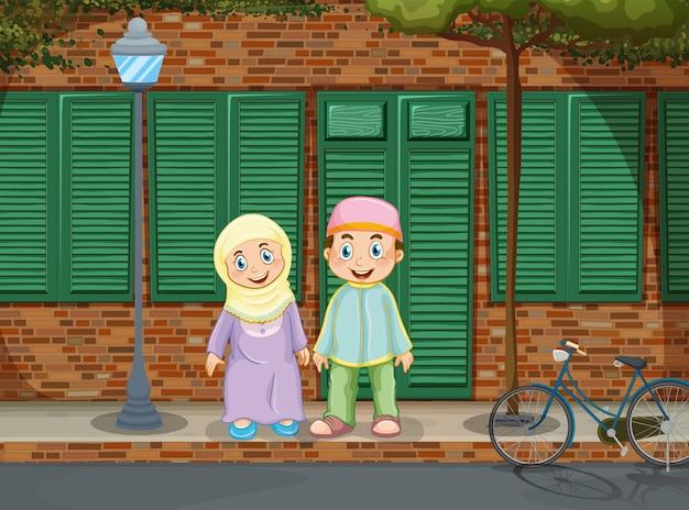 歩道の上に立っているイスラム教徒のカップル
