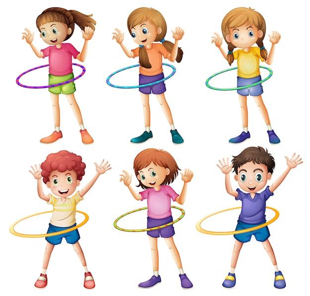 フラフープを遊んでいる子供たち
