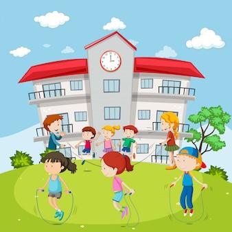 校庭で縄跳びをする子供たち