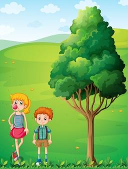 丘の上で彼女の兄と一緒に背の高い女の子