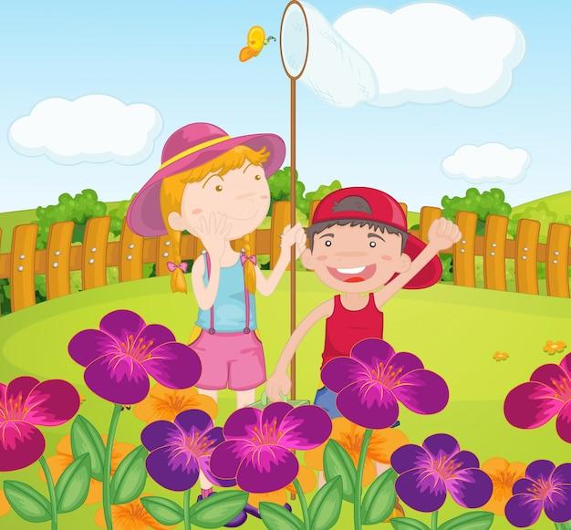 庭で蝶を捕まえる子供たち