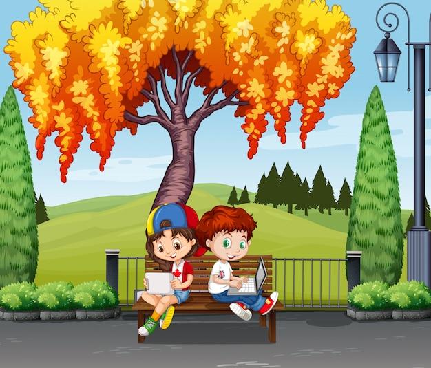 男の子と女の子、木の下に座って