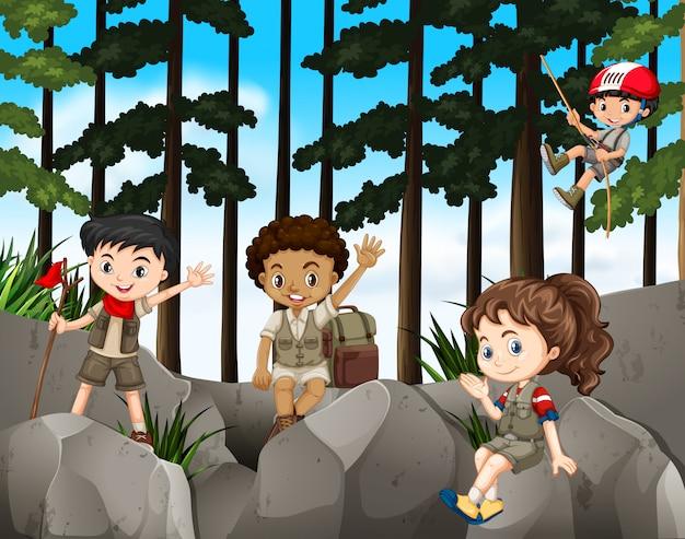 山をハイキングする子供たち